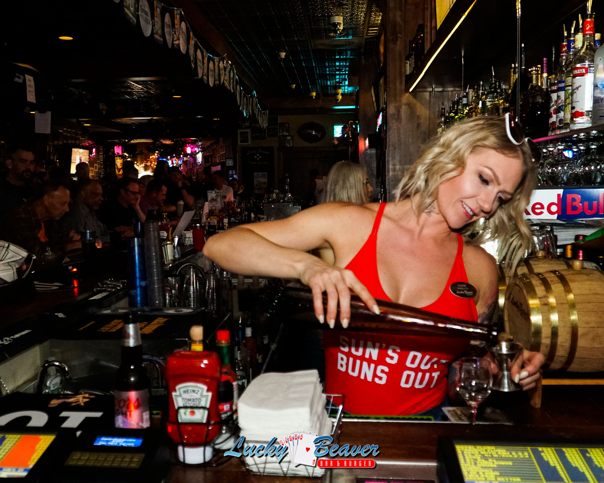 lucky-beaver-bartender-pouring-a-cocktail